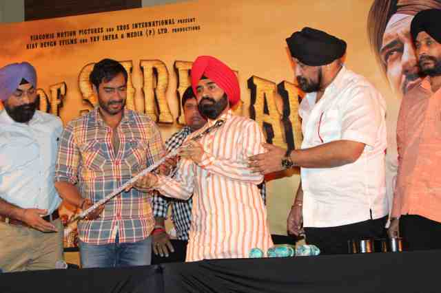 Ajay Devgn is given Kirpan as a mark of respect by President of Punjabi Cultural Heritage Mr. Charan Singh Sapra