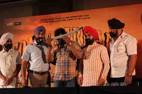 Ajay Devgn is given Kirpan as a mark of respect by President of Punjabi Cultural Heritage Mr. Charan Singh Sapra (2)