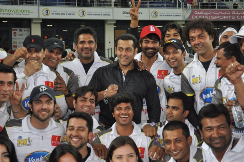 Salman Khan wih Sunil Shetty and team