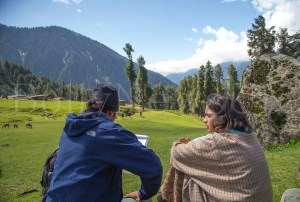 Alia Bhatt and Imtiaz Ali Shooting for Highway at Aru Valley, Kashmir, 12-05-2013