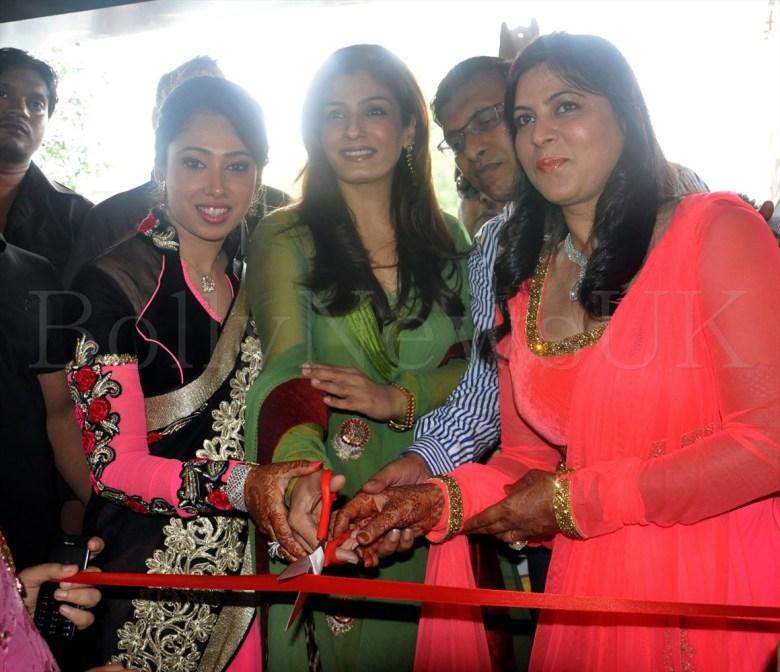 RAVEENA TANDON INAUGURATES 'ZAIRA DIAMOND' STORE IN PREET VIHAR NEW DELHI 001