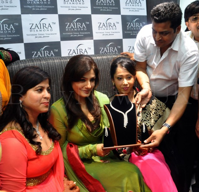 RAVEENA TANDON INAUGURATES 'ZAIRA DIAMOND' STORE IN NEW DELHI 001