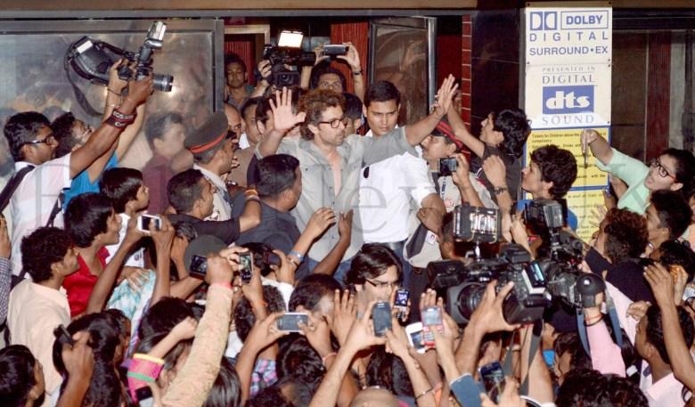 Hrithik Roshan mobbed (1)