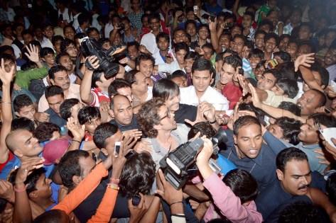 Hrithik Roshan mobbed (2)