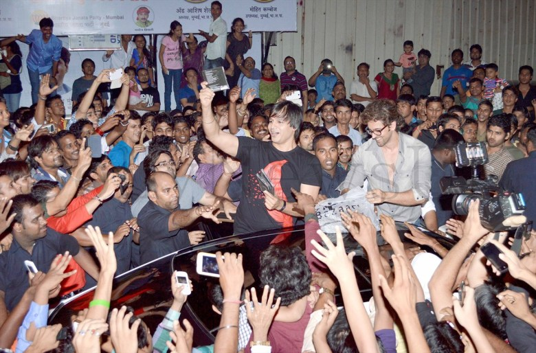 Hrithik Roshan mobbed (3)