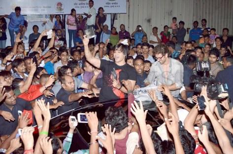 Hrithik Roshan mobbed (4)