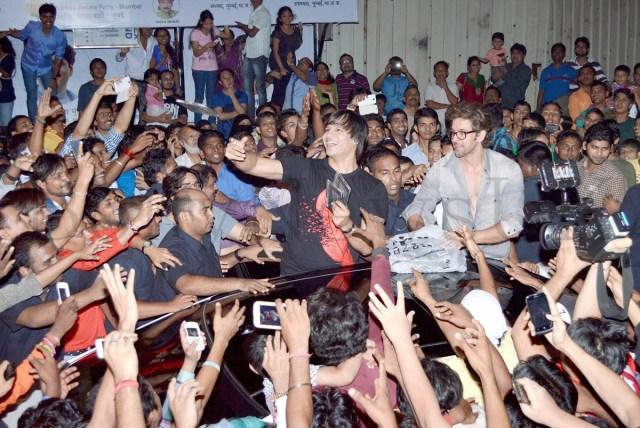 Hrithik Roshan mobbed (5)