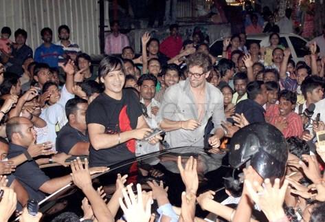 Hrithik Roshan mobbed (6)