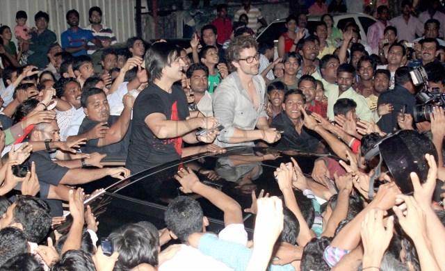 Hrithik Roshan mobbed (7)