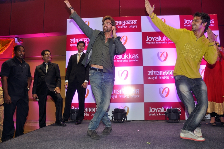 Hrithik Roshan matches moves with a fan at the Joyalukkas Vashi store launch