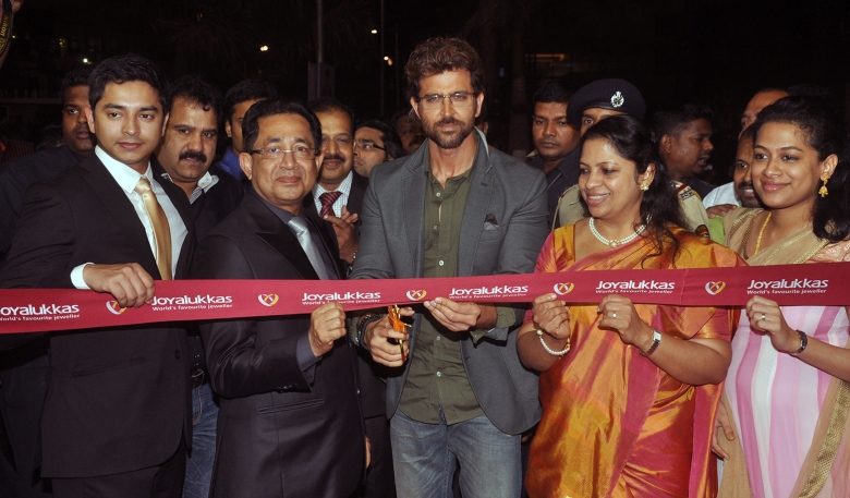 Hrithik Roshan with Mr. Joy Alukkas & his family at the Joyalukkas Vashi Store Launch (2)