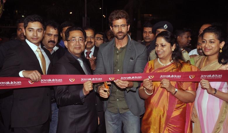 Hrithik Roshan with Mr. Joy Alukkas & his family at the Joyalukkas Vashi Store Launch (2)