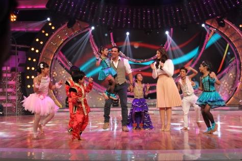 Akshay Kumar & Sonakshi - Dance India Dance