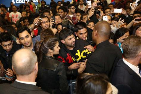 Alia meeting fans