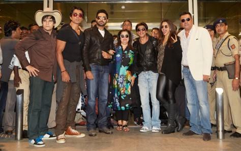 VIVAAN SHAH, SONU SOOD, ABHISHEK BACHCHAN, FARAH KHAN, SHAH RUKH KHAN, DEEPIKA PADUKONE AND BOMAN IRANI AT MUMBAI AIRPORT BN6A8396