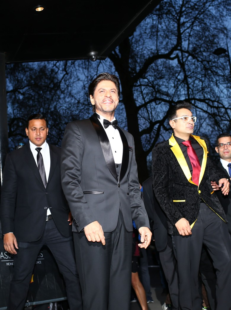 Shah Rukh Khan with Paul Sagoo, Founder Asian Awards at Red Carpet (1)