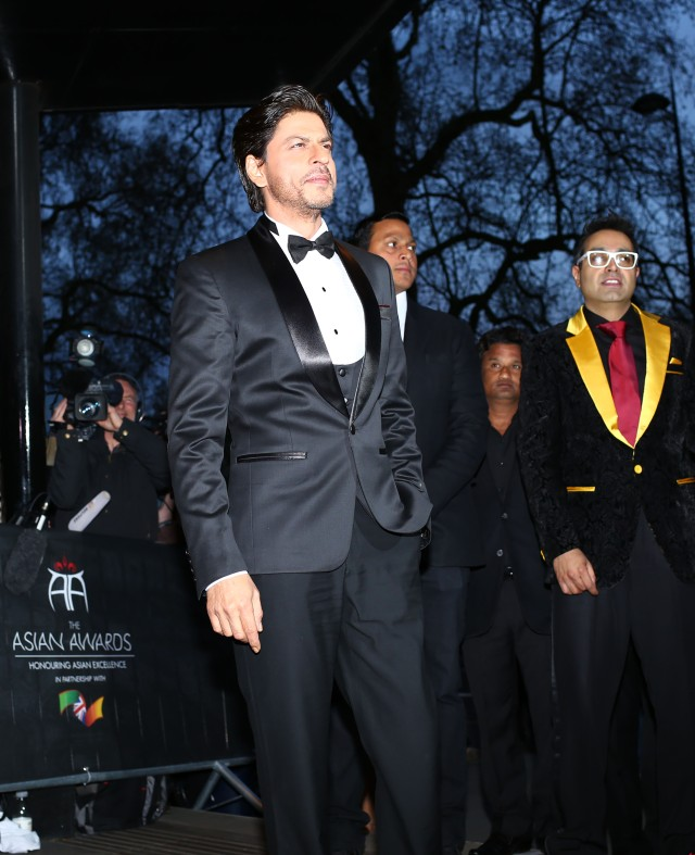 Shah Rukh Khan with Paul Sagoo, Founder Asian Awards at Red Carpet (2)